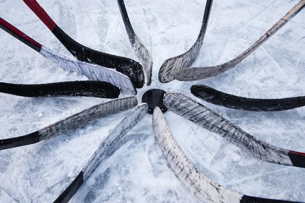 L'équipe de hockey met un putter autour de la rondelle