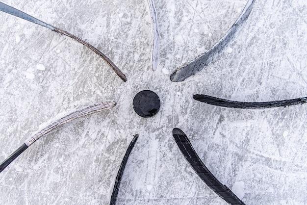 Une équipe de hockey met un putter autour de la rondelle