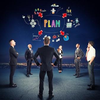 Une équipe d'hommes d'affaires organise leur vie professionnelle