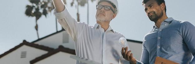 Équipe d'ingénierie respectueuse de l'environnement avec le panneau solaire