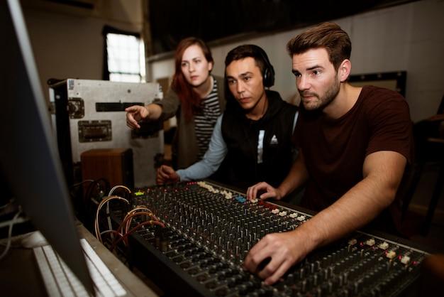 Une équipe d'ingénieurs du son vérifie un son sur une table de mixage
