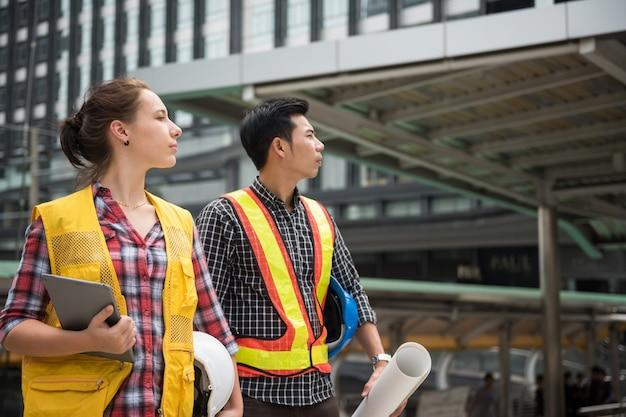 Une équipe d'ingénieurs regarde le chantier de construction