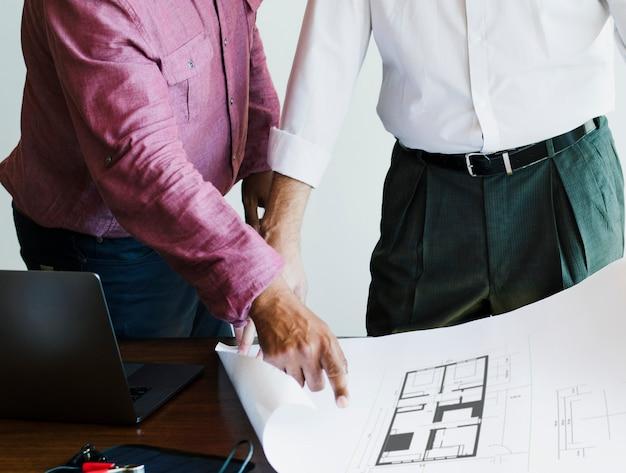 Équipe d'ingénieurs respectueux de l'environnement à la recherche d'un plan de construction