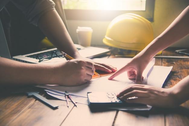 Équipe d'ingénieurs travaillant ensemble dans un bureau d'architecte.