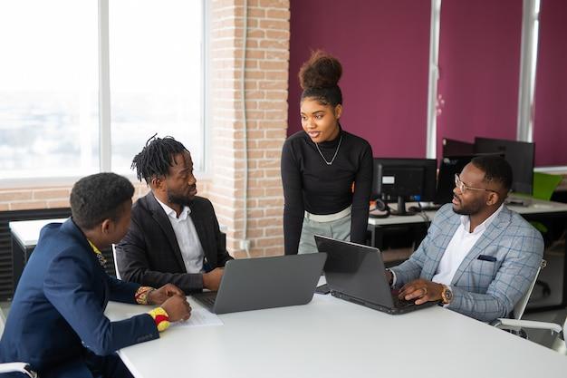 Équipe de jeunes africains au bureau au travail