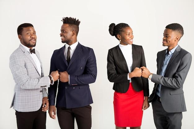 Équipe de jeunes africains en costumes