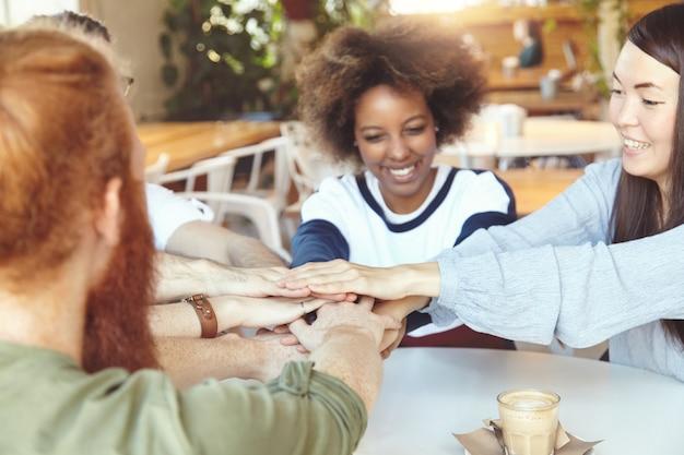 Équipe de jeunes collègues ayant une réunion au café