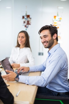 équipe de jeunes entrepreneurs travaillant dans un bureau moderne
