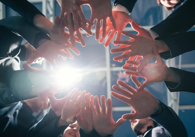 Équipe de jeunes entreprises debout dans un cercle