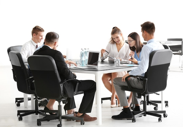 Équipe de jeunes experts-conseils en réunion d'affaires au bureau