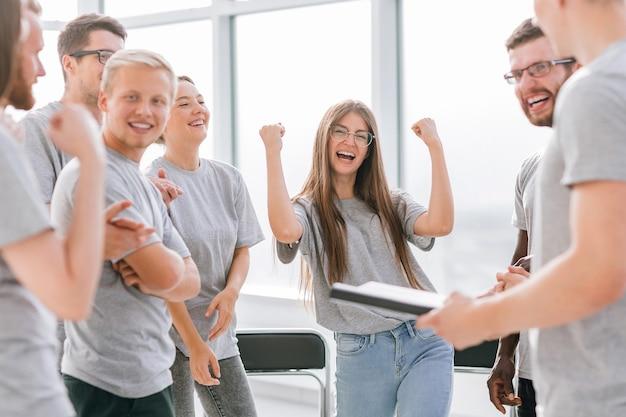 Une équipe de jeunes heureux