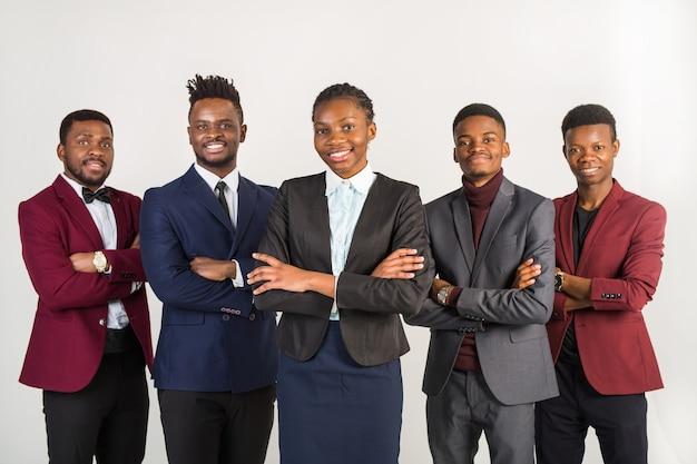 Équipe de jeunes hommes et femmes africains beaux en costumes