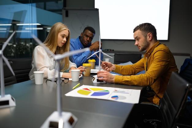 Équipe de jeunes managers, conférence au bureau informatique