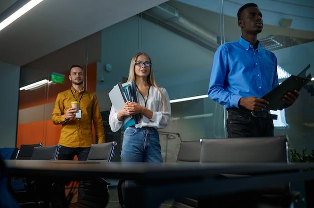 Équipe de jeunes managers, réunion au bureau informatique