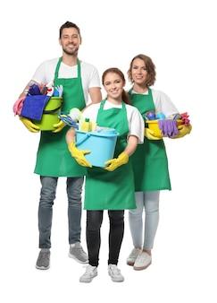 Équipe de jeunes professionnels avec des produits de nettoyage, isolés sur blanc