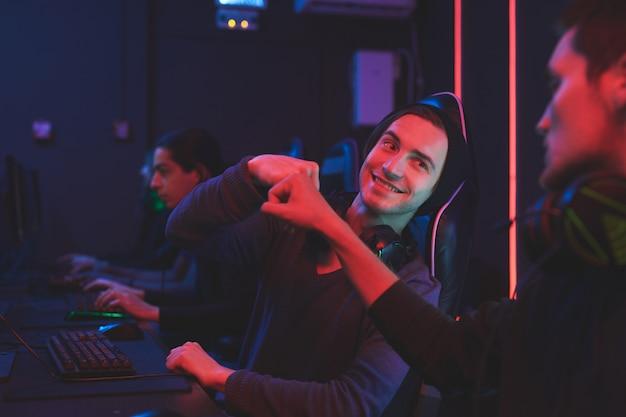 Équipe de joueurs sur ordinateur célébrant la victoire