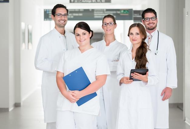 Équipe de médecins debout dans le couloir de l'hôpital