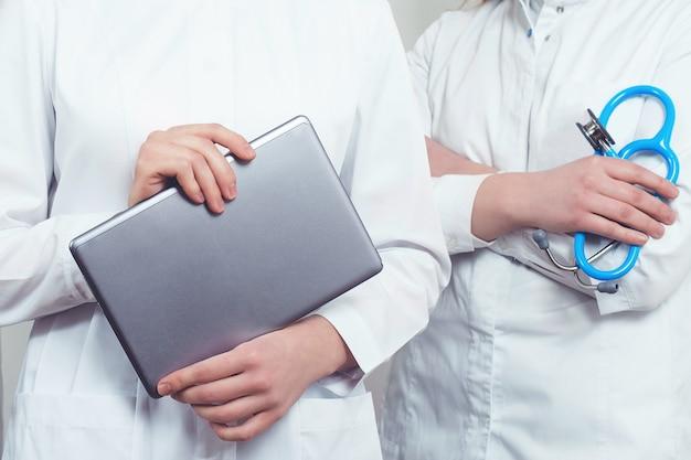 Équipe de médecins debout à l'hôpital. groupe de médecins. groupe de personnes du personnel médical. équipe de médecin et d'infirmière à l'hôpital. concept de soins de santé et de médecine.