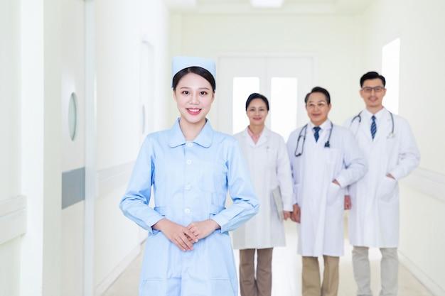 Équipe de médecins et d'infirmières
