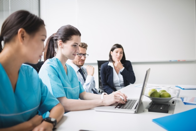 Équipe de médecins lors d'une réunion