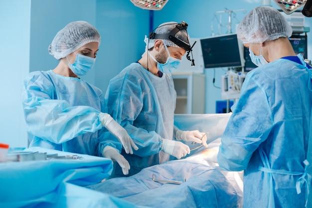 Équipe de médecins professionnels faisant de la chirurgie