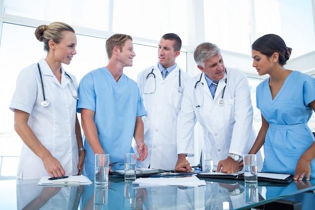 Équipe de médecins en regardant leurs journaux