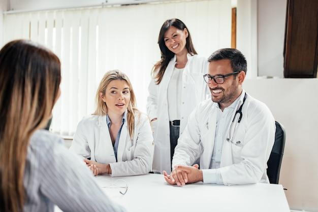 Équipe de médecins rencontrant un patient.