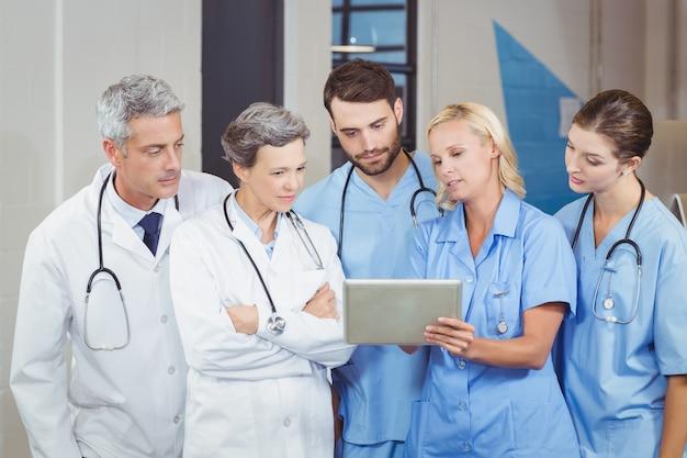 Équipe de médecins avec tablette numérique