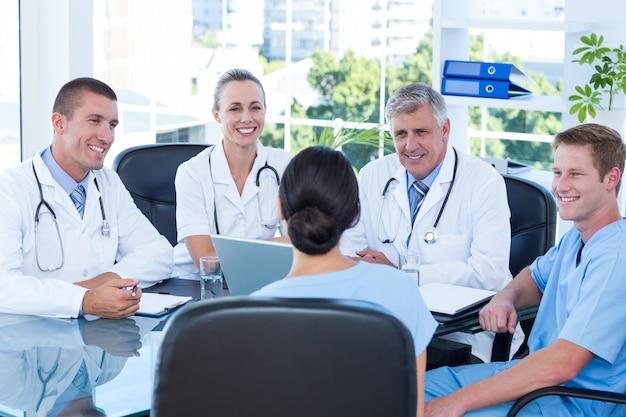 Équipe de médecins travaillant sur ordinateur portable