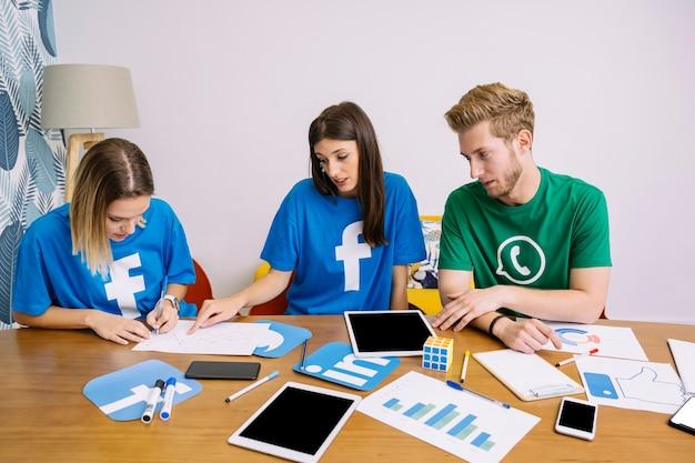 Une équipe de médias sociaux discutant d'un plan sur le lieu