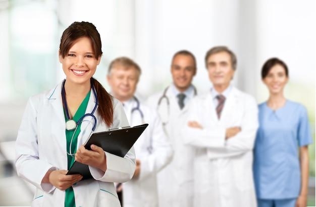 Équipe médicale confiante à l'hôpital