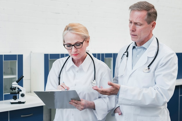 Équipe médicale dans un cabinet médical