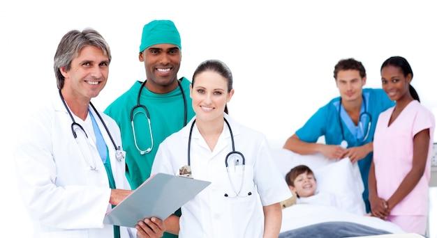 Équipe médicale dans la chambre d'un patient