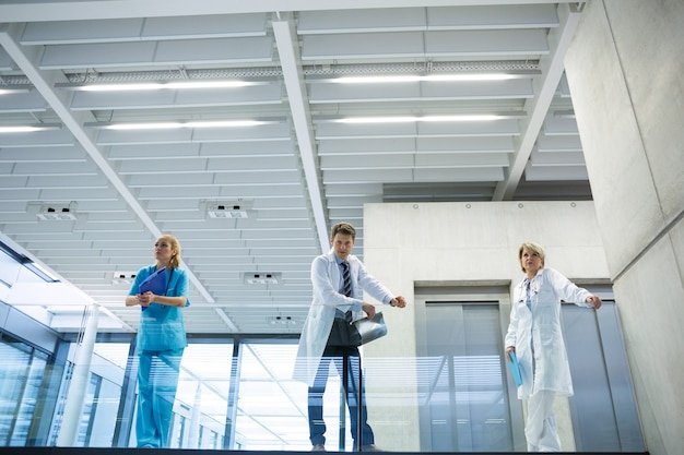 Équipe médicale debout dans le passage