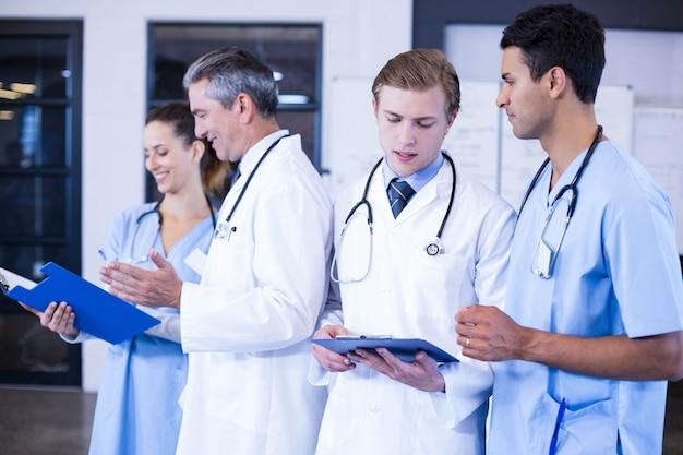Équipe médicale discutant du rapport médical ensemble à l'hôpital