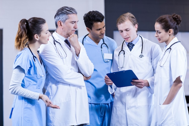Équipe médicale discutant ensemble à l'hôpital