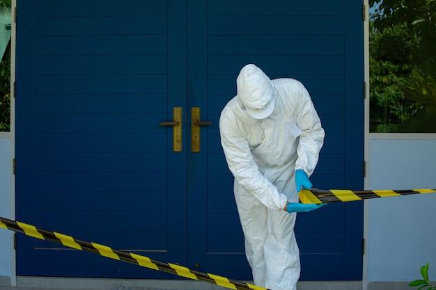 Équipe médicale du personnel de l'epi utilisant la zone de restriction et d'arrêt pour le coronavirus préventif.