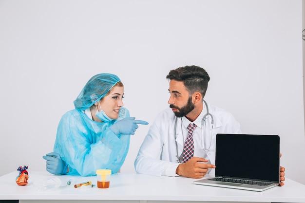 L'équipe médicale et l'écran de l'ordinateur portable