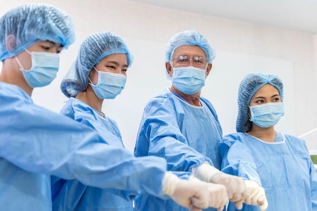 Équipe médicale effectuant une opération chirurgicale dans le fonctionnement de l'hôpital.
