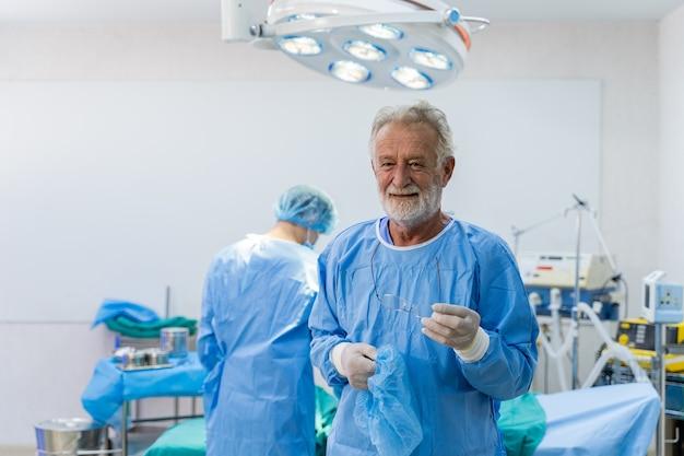 Équipe médicale effectuant une opération chirurgicale à l'hôpital. équipe médicale effectuant une opération critique.