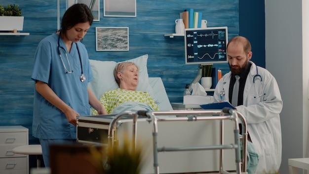 Équipe médicale faisant une visite de contrôle pour un patient malade