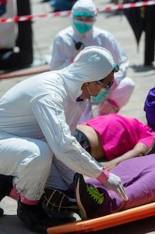 Équipe médicale en mission de sauvetage