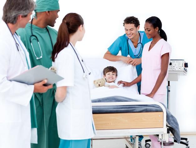 Équipe médicale multi-ethnique prenant soin d'un petit garçon