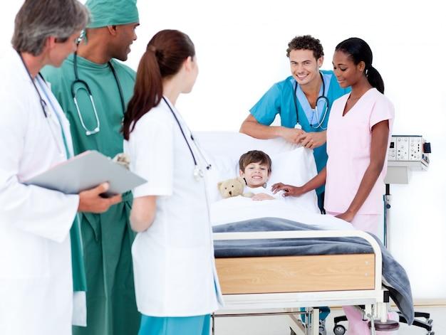 Équipe médicale positive en prenant soin d'un petit garçon