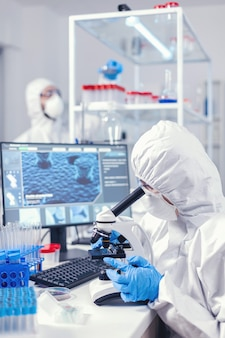 Équipe de microbiologistes vérifiant l'évolution du vaccin contre le coronavirus dans un laboratoire moderne. chercheur chimiste pendant une pandémie mondiale avec un échantillon de contrôle de covid-19 dans un laboratoire de biochimie