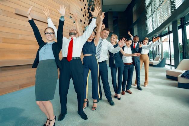 Équipe performante de jeunes hommes d'affaires en perspective au bureau