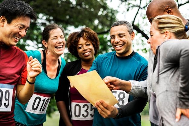Équipe de personnes diverses prêtes pour une course