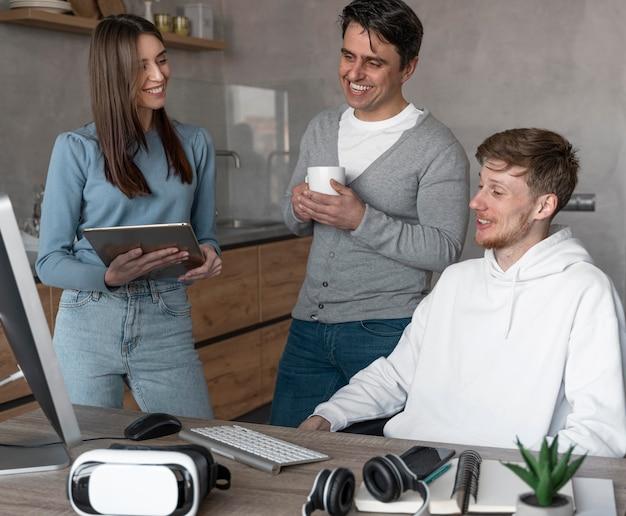Équipe de personnes travaillant dans le domaine des médias avec des appareils