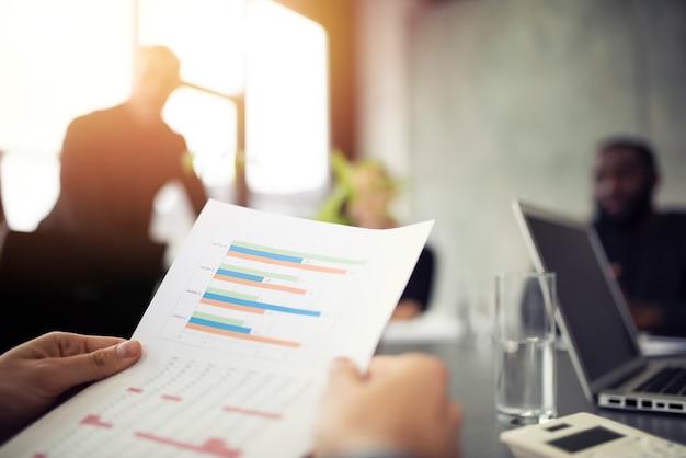 Une équipe de personnes travaille ensemble sur les statistiques de l'entreprise. concept de travail d'équipe et de partenariat