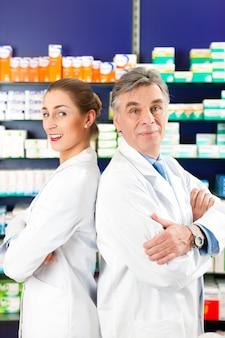 Équipe de pharmaciens en pharmacie